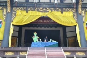 Astillero Teatro performed Onomatopoeia at Wu Hou Ci. The Theatre reposes in Jie Yi Lou of Wu Hou Ci (Temple) – state level culture relic. It belongs to the rebuilt building complex completely in ancient stage style.